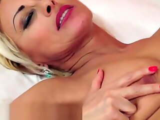 Perfect gilf creampied during passionate sex