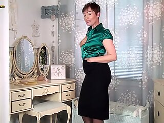 Mature housewife Kitty Creamer is masturbating her old stretched pussy